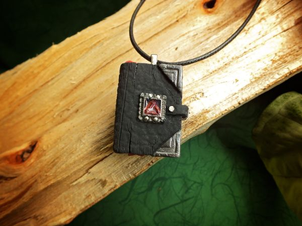Witcher magična knjižica ogrlica V6 LUX